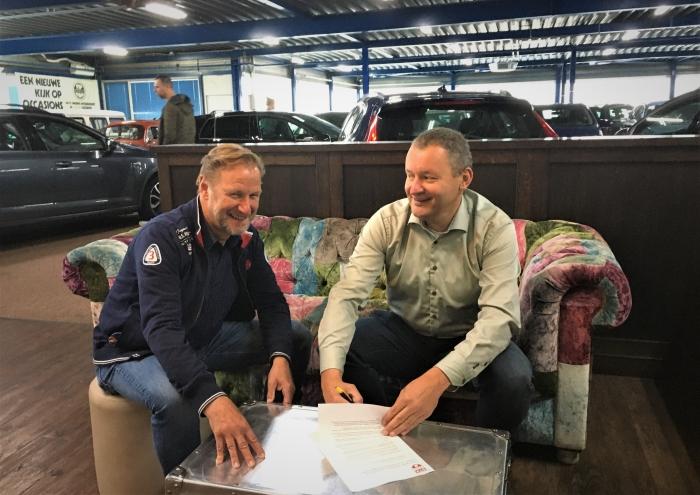 Contractondertekening: links Aat Visser (sponsorzaken STK), rechts Robert Smeeing, directeur Smeeing Mobility Solutions
