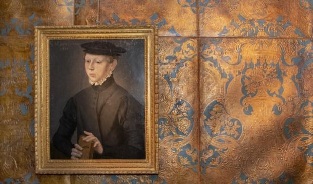 <p>Het goudleerbehang in het Frans Loenenhofje met het schilderij van Frans Loenen.</p>