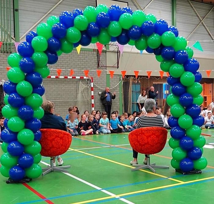 Onder de vrolijke ballonnenboog van Feestgarant Ede. Janine Jonkman  © BDU Media