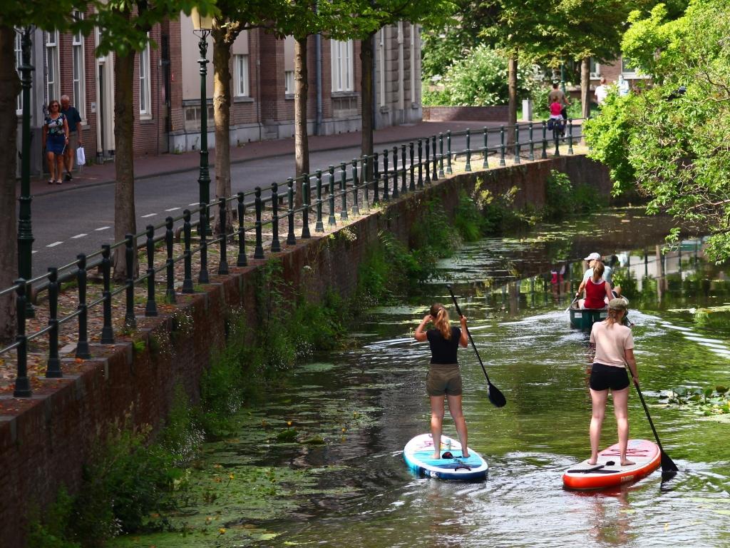 De foto is deze zomer gemaakt op een zonnige zondag in juli, langs de Westersingel in Amersfoort. Amersfoort is een mooie stad en die kun je bekijken vanaf het water, op de fiets of wandelend. Dat laat deze foto zien. Marco van Apeldoorn © BDU media