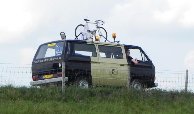 Jules, Maarten en Tom reden in de Tour de Schalkwijk volgwagen van spellocatie naar spellocatie.
