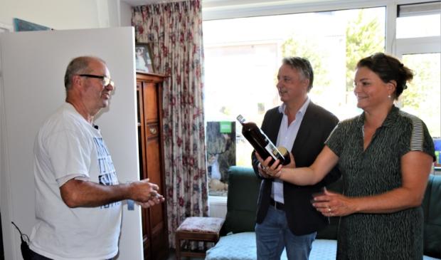 Burgemeester David Moolenburgh koopt samen met zijn echtgenote de eerste fles bramen sap