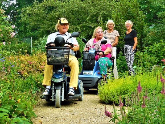 De paden in de Vlindertuin zijn nu ook rolstoeltoegankelijk.