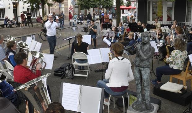 Fanfarecorps Excelsior geeft een klein concert op het pleintje bij het kruispunt Achterstraat/Dorpsstraat.