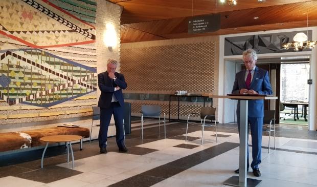Gedeputeerde Jan Markink (links) en commissaris John Berends geven uitleg over het herindelingsbesluit voor Scherpenzeel.