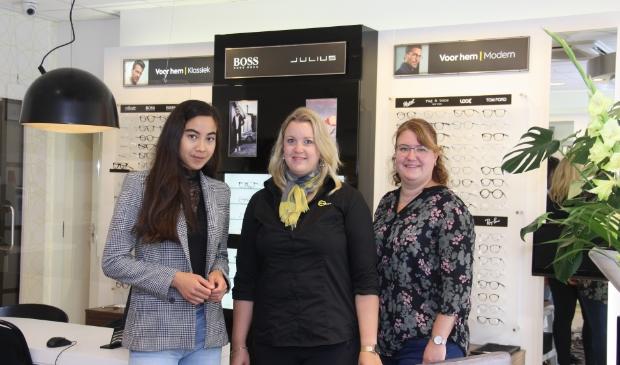 Nabila Schuurmans (links) is optometrist en haar collega-opticiens Jessica Rietveld en Mirjam Koning.