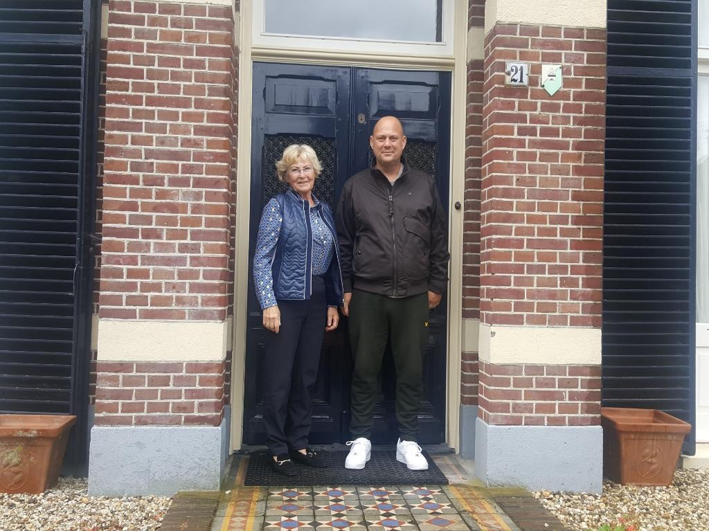 """Thierry Sneijder met moeder Berthy. ,,Dit huis is ideaal om werk en wonen te combineren."""" Peter Beijer © BDU media"""