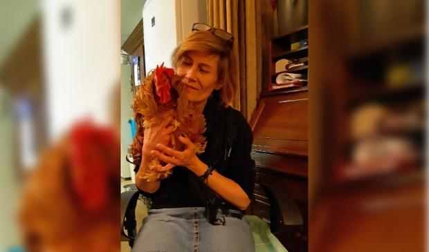 Vera Bouwman met haar haan Dexter, die zij heeft opgevangen.