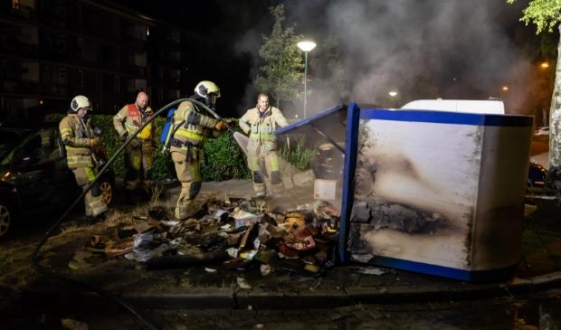 Uiteindelijk zette de brandweer de container op zijn kant om het vuur definitief uit te maken.