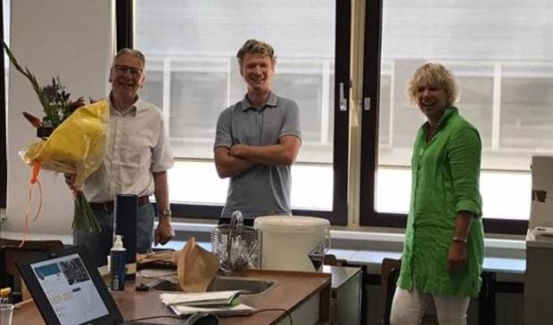 vlnr Jan van den Berg (docent vavo), Hugo Dekker (Teamleiding vavo) en Cora Vinke (directeur Dulon vavo)