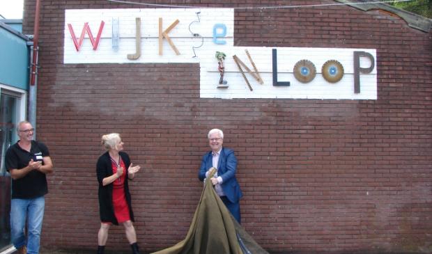 De wethouders Balemans en Kosterman bij de onthulling van de Wijkse Inloop