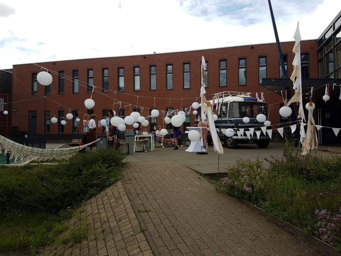 Het schoolplein is een festivalterrein geworden.
