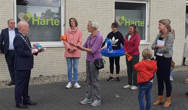Zowel ouders van kinderen met zwemles als senioren kwamen naar het gemeentehuis om de petitie te overhandigen