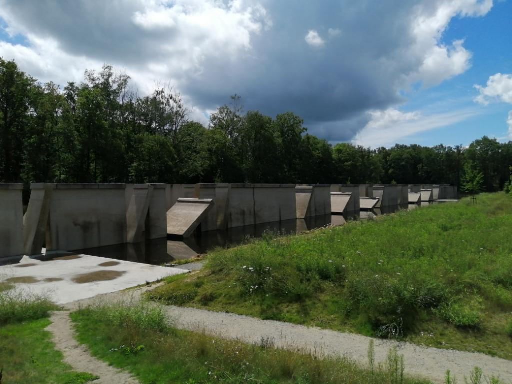 """,,In het waterloopbos in Marknesse zijn diverse proeflab-opstellingen uit de jaren '60 te vinden om waar dan ook ter wereld de waterhuishouding te managen. Ik was straalverliefd op deze strakke kant van de immens grote betonnen golfkrachtmeetopstelling."""" Esther Visch © BDU media"""