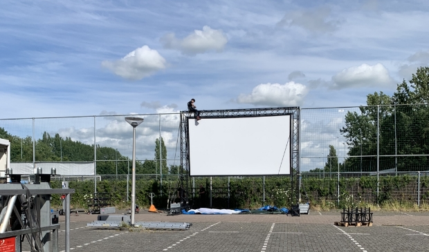 <p>Het opbouwen van de drive in bioscoop. (Archieffoto)</p>