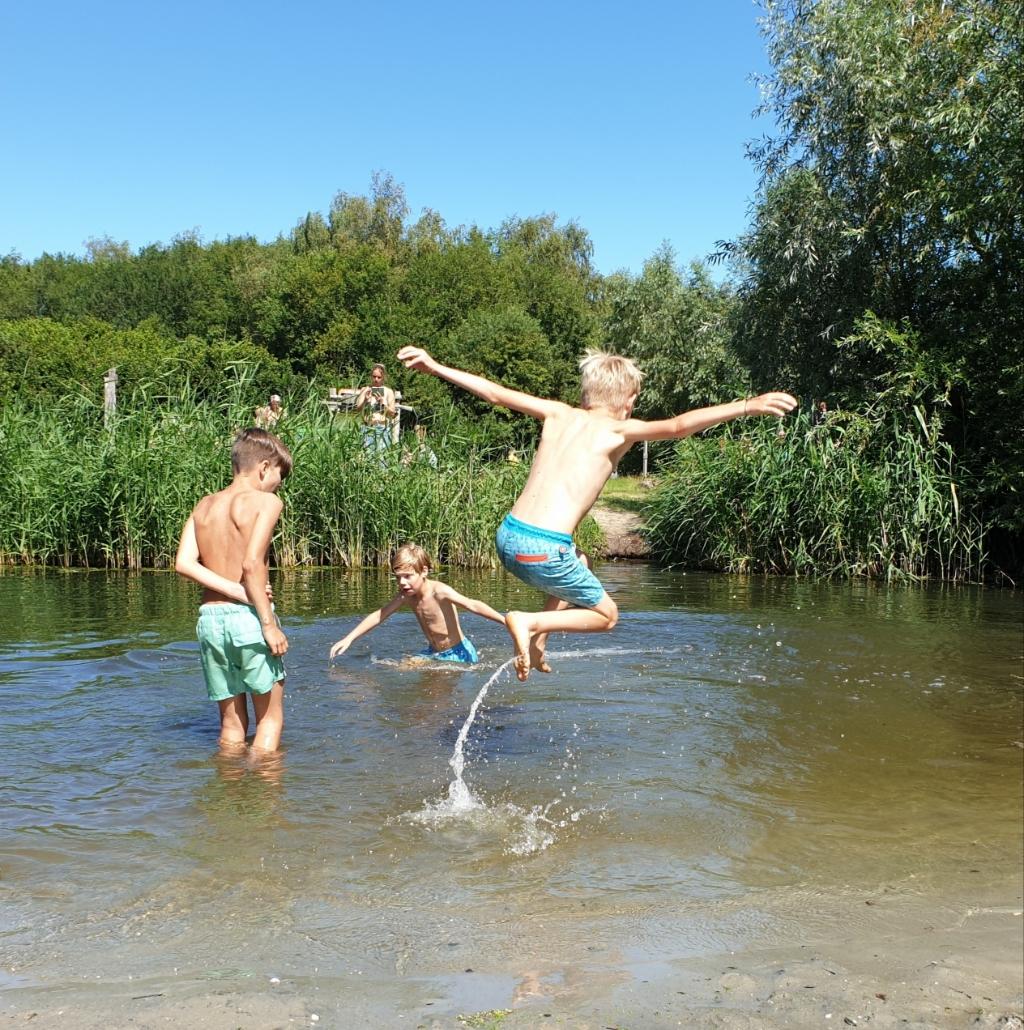 """,,20 juli een heerlijke dag in het belevenissenbos. Op de foto Loek en Roemer met hun vliegende neef Jim."""" Puk Bruinekool © BDU Media"""