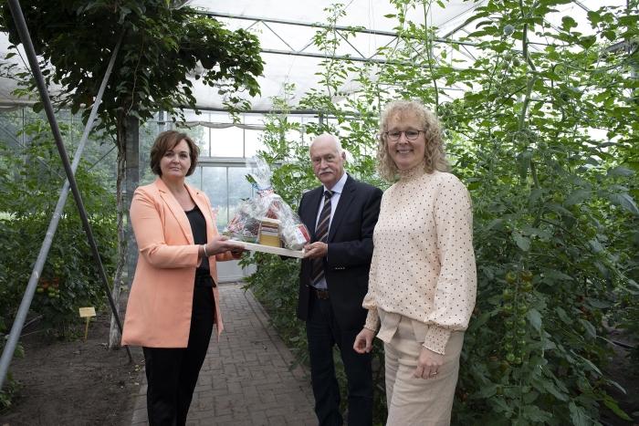 De burgemeester overhandigt het eerste boerderijpakket