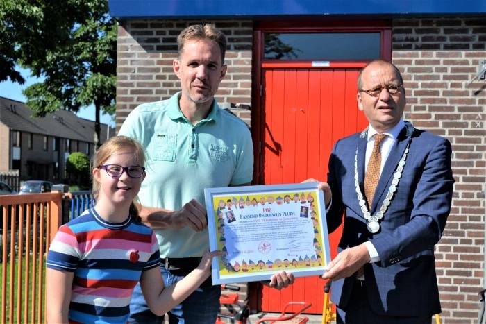Nynke, burgemeester Segers en directeur Mark Woudstra met de POP