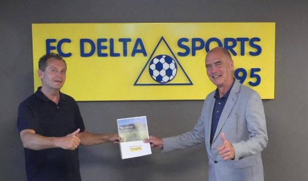 Cees Hogenes (links) overhandigt de business case aan Kees van Dalen, wethouder Sport (rechts)