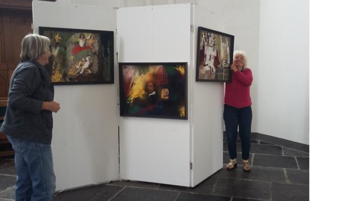 Marjolein Tönis in de weer met het goed ophangen van haar kunst.