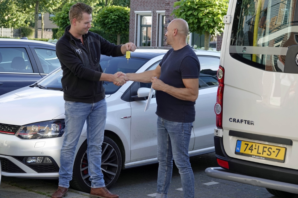Arnoud Ruiter (links) van AJR Auto's overhandigt de sleutels aan gezinsouder Vasile. Ben Bläss © BDU media