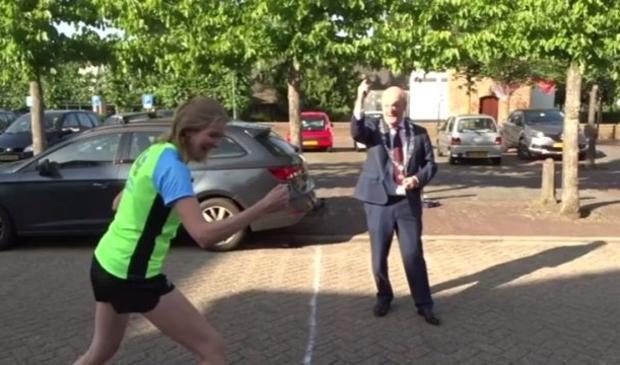 Burgemeester Van Bennekom heeft het startschot voor Bunniks Mooiste al gegeven.  Laurien Ulfman © BDU media