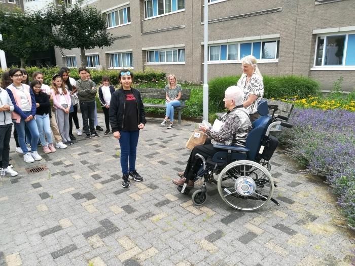 Kaarten bewoners Gasthuis worden in ontvangst genomen Daltonschool de Poorter © BDU Media