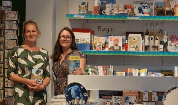Silvia Breeman (links) en Lisette Lanting van het VVV Informatiepunt Lekker Nijkerk.