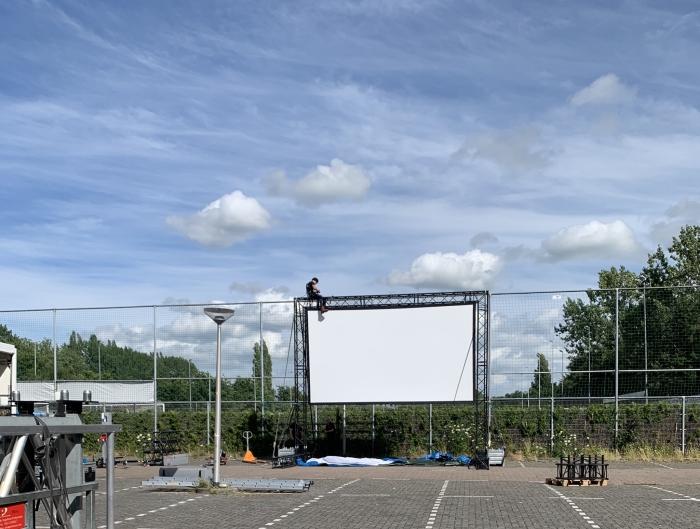 Opbouwen van de drive-in bioscoop  R. Sahertian  © BDU media