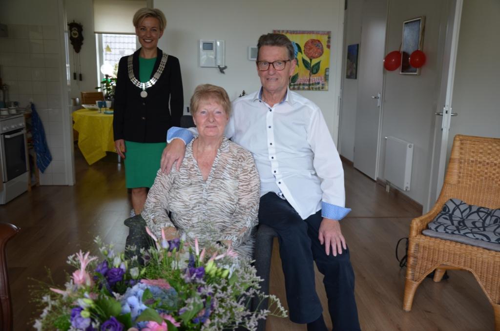 Bruidspaar Sint Nicolaas wordt gefeliciteerd door burgemeester Iris Meerts Ali van Vemde © BDU media