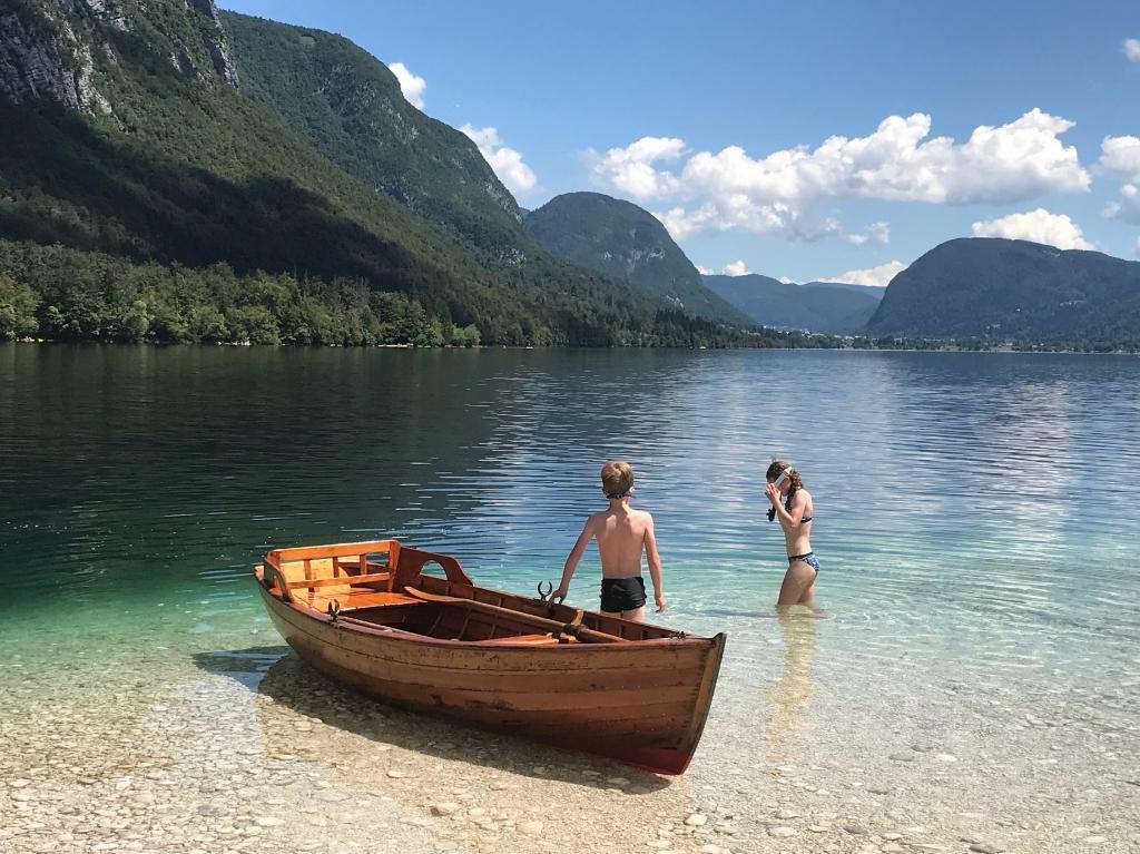 Deze foto is gemaakt in Slovenië bij het meer van Bohinj op 27 juli. Dit jaar zochten we de rustige plekken op en met de boot kwamen we terecht op een verlaten strandje. Op de foto zijn onze kinderen de vele vissen onder water aan het bekijken. Ruud Korthouwer © BDU media