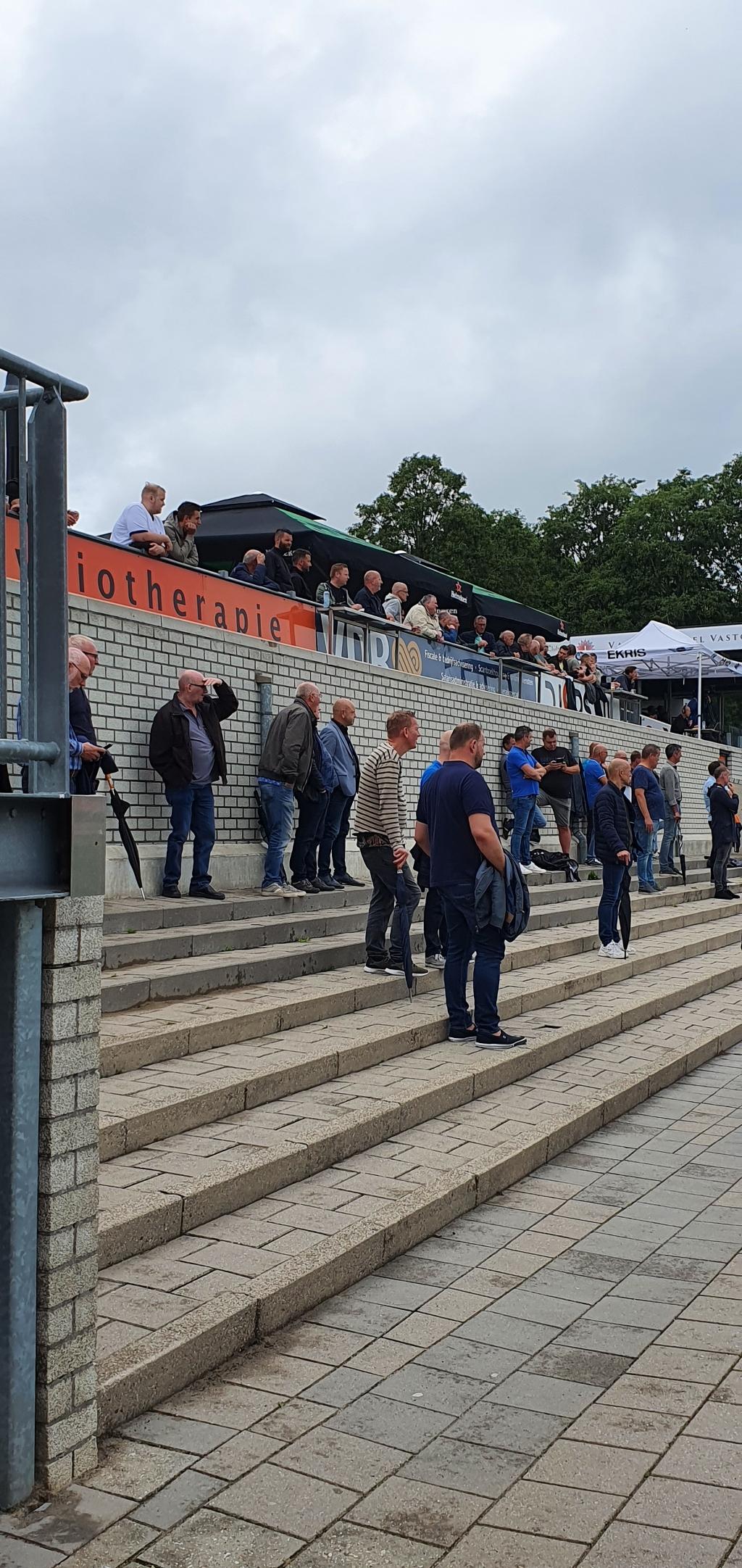 Op de staan-tribune bij Sparta Nijkerk werd de 1,5 meter regel gerespecteerd. Marco van Bloemendaal © BDU Media