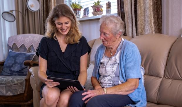 De oma van onderzoeker Lean Kramer (links) probeert de app Paco uit.