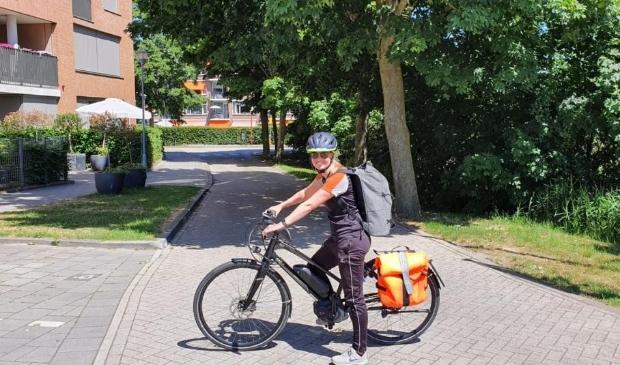 Buurtsportcoach Julia van Weelden op de speed pedelec