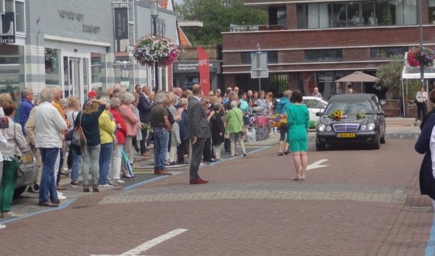 Naar schatting 150 tot 200 mensen betuigden Hans Houwer de laatste eer. Veel mensen legden bloemen op de motorkap van de rouwauto. Johan van Beek © BDU media