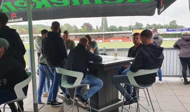 Op het terras bij Sparta Nijkerk hielden de fans zich aan de nieuwe regels.