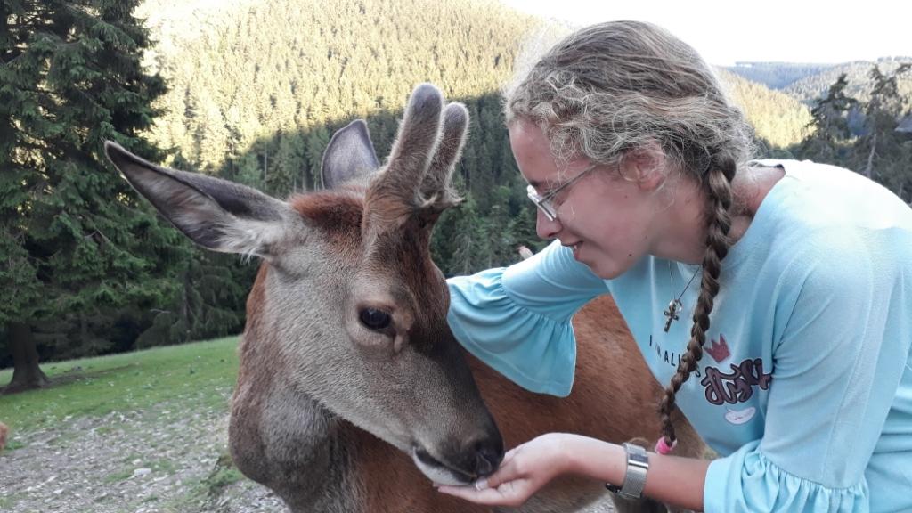 """,,Knuffelen met herten mag wel in coronatijd! Op de foto Joanna met hert Max in Wildgehege Bödefeld in het Sauerland in Duitsland."""" Janet Groeneveld © BDU media"""