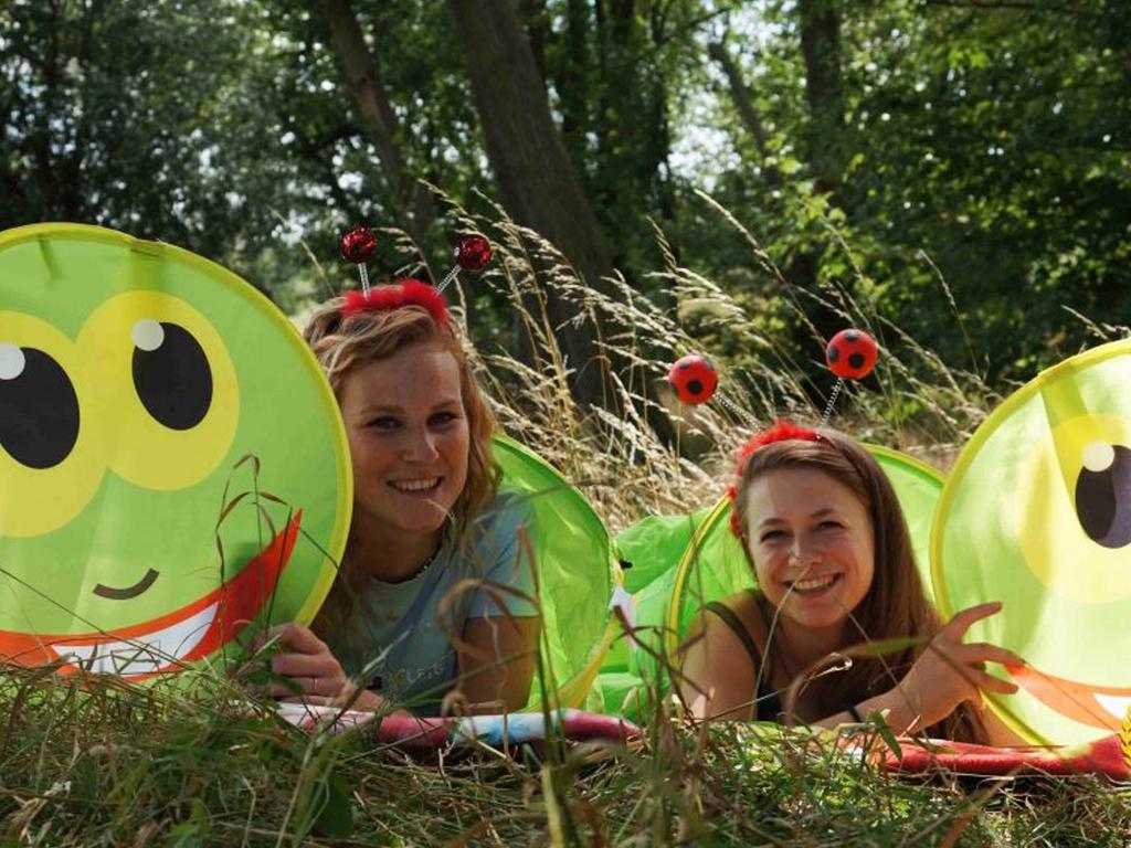 Tijdens de vossenjacht zaten deze meisjes als vlinders in de berm. IC Tour de Schalkwijk © BDU media