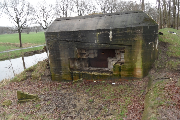 Bunker R703 in liniedijk