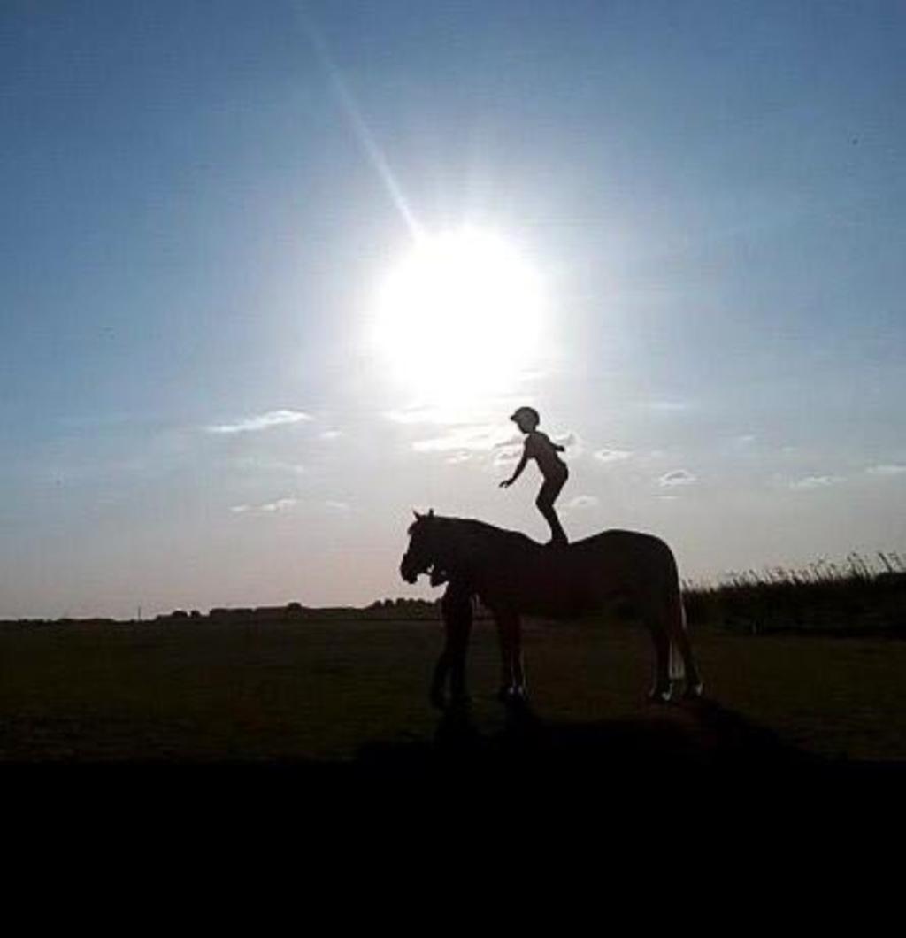 """,,Ik ben 11 jaar en ik hou super erg van mijn paard Villara.""""  Julia van t Klooster © BDU Media"""