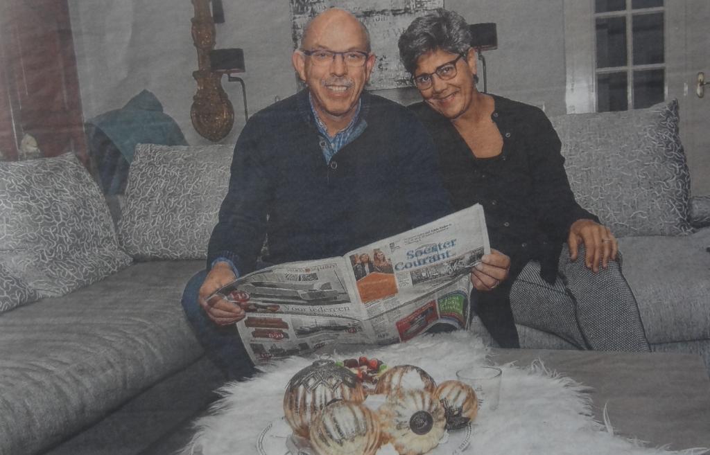 Samen met echtgenote Carla, eindelijk even op de bank, met de Soester Courant die hij in 2017 verkocht. Archief BDUmdia/Ronald Kersten © BDU media