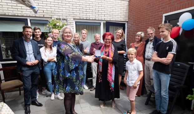 Lintjesregen 2020, burgemeester Schuurmans op bezoek bij Sybilla Catharina Maria van Dam in Nieuw-Vennep.