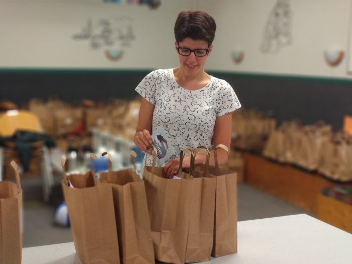 Vullen van de goodiebags Yvonne © BDU media
