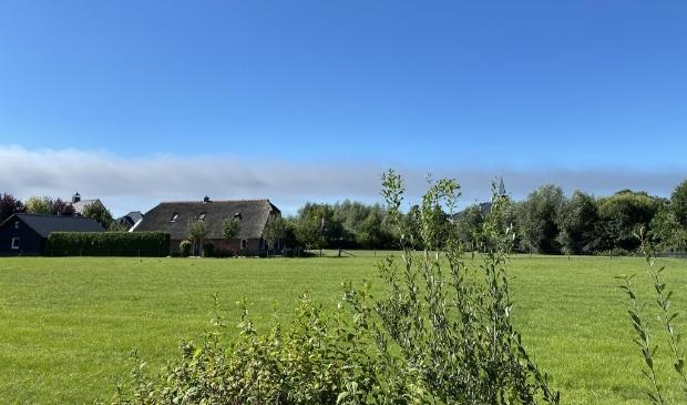 De rookpluimen, veroorzaakt door de grote brand in Duiven, waren vrijdagochtend tot in Barneveld te zien.