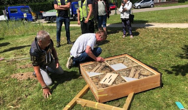 Fred Koppers en Jos Stekelenburg maakten het insectenhotel klaar om te plaatsen in park Schoneveld