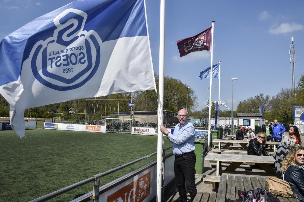 De vlag in top bij SO Soest. Paul Smit hees 'm met liefde in de wapperstand. Jaap van den Broek © BDU media