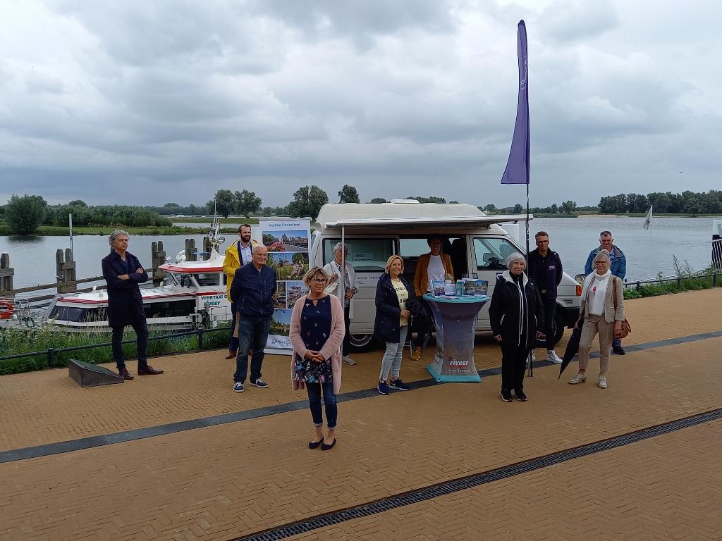 Met een mobiel infopunt Buiten de waterpoort worden toeristen geinformeerd over al het leuks dat Gorinchem te bieden heeft.  Mirjam de Swart © BDU Media