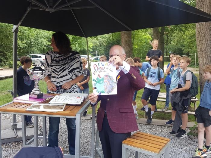 Rob Kleinegris toont de winnende tekening van Julius Peter Beijer © BDU media