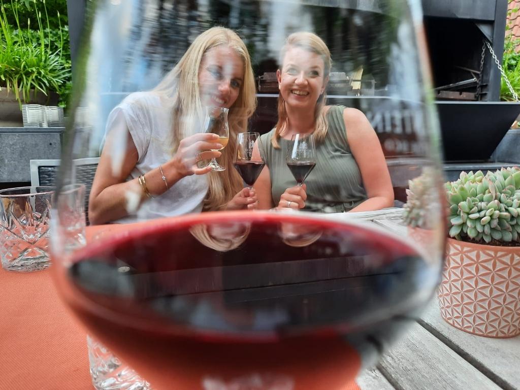 """,,De leukste buurvrouwen van de Beukenlaan, Franca en Bernadette, genieten op het terras van de Salentein van een wijntje op een lekkere zomeravond."""" Paul Nolens © BDU Media"""