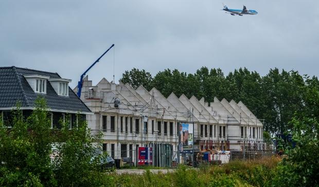 <p>De spagaat van woningbouw en luchtvaart in beeld in het Nassaupark,.</p>